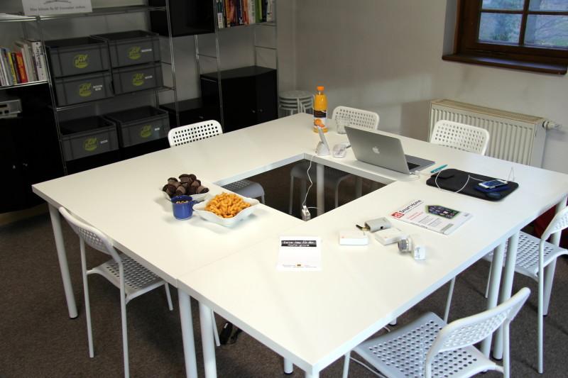 Der zentrale Tisch in der mittleren Etage