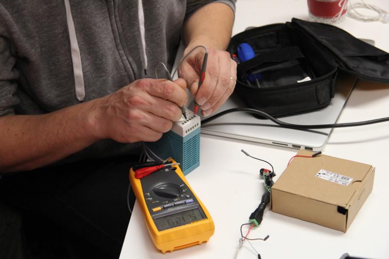 Eine Messung an einem Netzteil wird vorgenommen